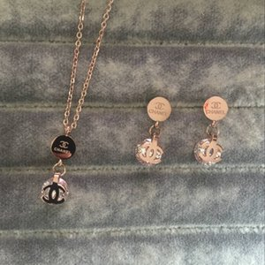 2020 새로운 고급 316L 티타늄 스틸 18K 보석 세트들과 결혼 여성 여자 패션 골드 도금 편지 다이아몬드 펜던트 목걸이 귀걸이 장미