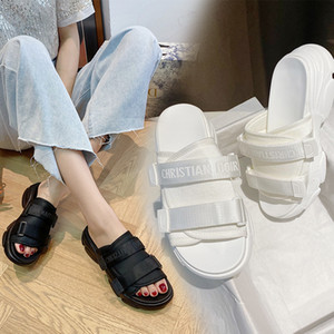 Papá sandalias y zapatillas femeninas 2020 cartas de fondo grueso aumentaron exterior de desgaste zapatos de playa perezosa un pedal zapatillas Z760