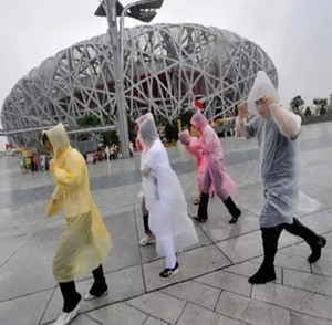 La moda de una sola vez EEA556 el impermeable caliente desechables PE impermeables desechables poncho ropa impermeable viaje capa de lluvia Lluvia desgaste