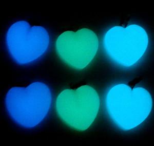 Resplandor en la oscuridad Piedra luminosa Colgante piedra de luna cristal de cuarzo Fluorescente Colgante en forma de corazón Joyería que hace el collar 24pc