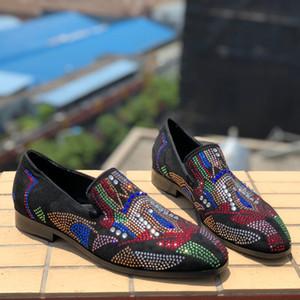 De vraies photos de couleurs mélangées de cristaux cloutés, de chaussures de sport, de mocassins, de mocassins et de mocassins