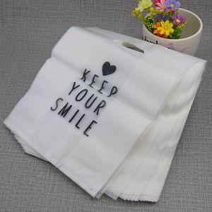 100pcs translúcido presente Storage Bag fosco saco de plástico com alça de compras Grande para Cosmetic / roupas sacos atuais 24x30cm