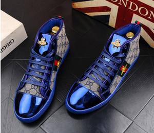 Homens de alta Qualidade Da Moda Alta Top Estilo Britânico Rrivet Sapatos Homens Causais Sapatos de Luxo Vermelho de Ouro Azul Sapatos de Vestido De Borracha Inferior para o Sexo Masculino 38-44