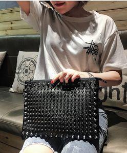 Marka tasarımcı lüks kadın çantası, perçin moda kişilik debriyaj çanta, büyük kapasiteli Kore versiyonu moda debriyaj çanta