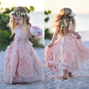 Pembe Çiçek Kız Elbise Spagetti Ruffles El komünyon Boho Wedding çiçekler Dantel Tutu 2020 Vintage Küçük Bebek Gowns yapılan