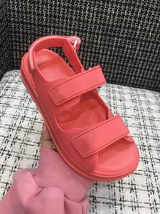 2020 neue Art Frauen Strass bequeme Sandalen Fashion Dad Sandale Frühlings-Kollektion, Sommer-Strand-Dame Flattie senden mit Kasten Größe 35-40