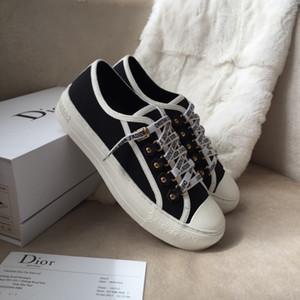 2020 최신 클래식 마틴 부츠 가죽 리벳 시리즈 럭셔리 패션 여성 신발 높은 품질의 발목 플랫폼 여성 고급 부드러운 블랙