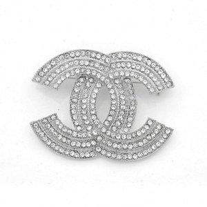 Hot Sale elegante Graça Ladies Designer broche de metal escavado strass Broches Luxo Pin liga para Mulheres Jóias