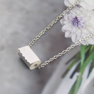 Creative Toilet Paper Roll Necklace Pendant Gag Gift High Quality Resin Alloy Roll Paper Pendant For Women Party Jewelry