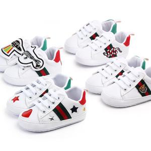 Zapatos de bebé recién nacidos Niños Niños Niñas corazón de la estrella para niños primeros caminante Encaje zapatos blancos Prewalker PU zapatillas de deporte