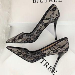 Heiße Frauen-Sommer-elegante Spitze-Ineinander greifen Leder Spitzschuh-Absatz-Schuhe 10 cm Nude Farbe aushöhlen Beleg auf Shallow Kleid Pumps