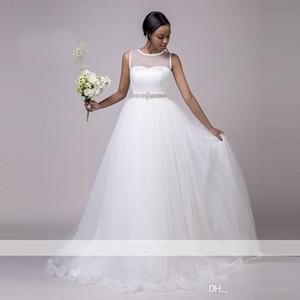 Weiße Braut Hochzeit A-Linie ärmellose Tüll Brautkleid mit Kristall Taille verschönert Strand Arthochzeitskleid Professionelle accessorized