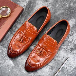 2018 borlas de la manera Slip-en los zapatos de cuero de los holgazanes Doug vestido de punta estrecha mocasín de boda Zapatos de controladores de gran tamaño 38-48