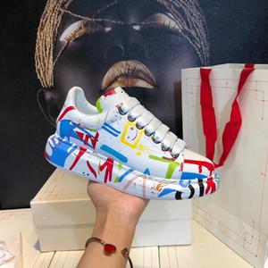 2020 سوليد سميكة-NEW الكتابة على الجدران الرياضة الترفيهية أحذية جلدية مريحة أحذية الرجال والنساء الموضة الأوروبية والأميركية المدربين تصميم رجل