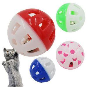 Nueva juguetes para mascotas hueco de plástico doméstico del gato del juguete colorido de la bola con la pequeña campana Campana Lovable Voz Interactivo de plástico bola del retintín perrito que toca Juguetes