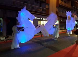 défilé du festival Carnaval performance cheval de support gonflable Costume de scène gonflable cheval blanc lighitng danse costume de cheval gonflable