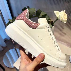 Lüks Sneakers MQ Marka Tasarımcı Ayakkabı Eğitmenler Tasarımcı Sandalet Terlik Huaraches Ayaklı kadınlar için Tasarımcı Slde Floplar
