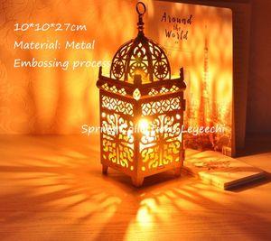 모로코 유럽 촛대 랜턴을 매달려 10 * 10 * 27cm 화이트 / 골드 / 블랙 메탈 중공 캔들 홀더 기사