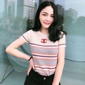 El nuevo diseño de los géneros de punto de primavera y verano de las mujeres es una de tres dimensiones bordado cuello redondo Camiseta a rayas clásica abreviatura de S-