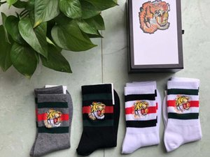 Venta caliente moda mujer hombre calcetines calcetín de algodón calcetín casual calcetines deportivos con tigre lobo embroigery blanco negro dama niño niña calcetín