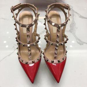 2019 Designer de Pointed com Studs de salto alto 8 CM 10 CM de Couro Rebites de Patente Sandálias Das Mulheres Cravejado Tiras Vestido de Festa de Casamento Sapatos de Casamento