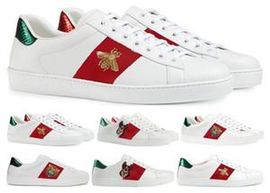 Italia hombres de la marca de lujo de la abeja bordada poco zapatos blancos de sexo masculino ocasional pareja de tendencia salvaje netos zapatos del tablero de los hombres zapatos rojos nueva marea