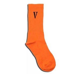 Hombres Calcetines atléticos diseñador V larga carta Calcetines Niños Hip Hop color sólido Marca Medias Deporte calcetín Medias casuales para hombre 2020 del paño de lujo