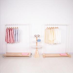 خشبية الكلمة شماعات الملابس متجر الحديد أرضية الخشب بكرة منصة النمذجة الإبداعية بسيطة أسلوب الشمال عرض سلسلة شماعات