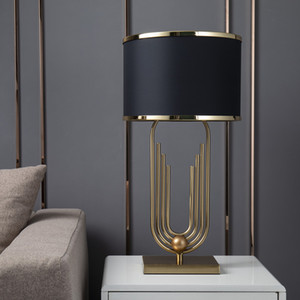 Lâmpadas Modern ouro Curvo Tubo Forma Table Lamp Abajurs metal Sala Home Decor Tabela de tecido preto Bedroom Lamp Luminaire