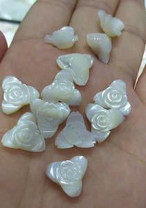 12pcs 삼각형 genuime 진주 조개 보석 비즈 진주 조개 꽃의 화이트 어머니 12mm 귀걸이에 대한 조각 된 Plumeria 매력 로즈