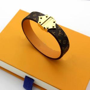 Europa América señora Women Imprimir diseño de la flor de cuatro hojas ancho de cuero pulsera con oro de 18 quilates grabado V Iniciales accesorios de los remaches