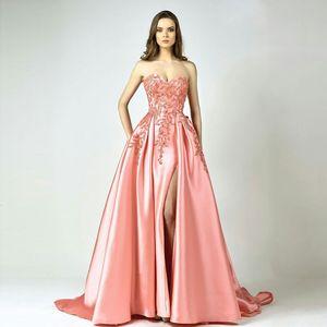 Atemberaubende Side Split Prom Kleider Perlen trägerlosen Hals Party Kleid eine Linie Sweep Zug appliziert Plus Size Satin formelle Kleider