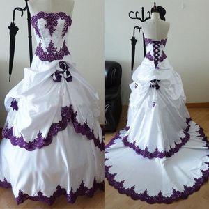 Robes de mariée gothiques pourpres et blanches 2019 perles sans bretelles Appliqued corsage fait à la main Rose Fleurs A-ligne Belles robes de mariée en gros
