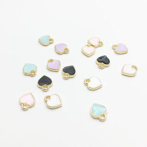 Moda piccolo cuore forma amuleti 7x8mm oro tono goccia di olio braccialetto fai da te charms galleggianti monili che fanno risultati all'ingrosso 100 pz / lotto