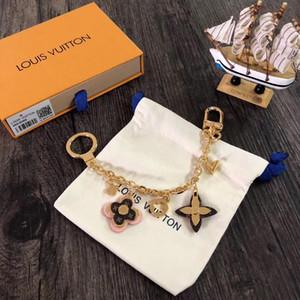 Designer de Moda Acessórios FLORES DE FLORES cadeia de bolsa Keychain da chave do carro Acessórios Buckle Hanging rosa do anel de couro V-Decoração M63086