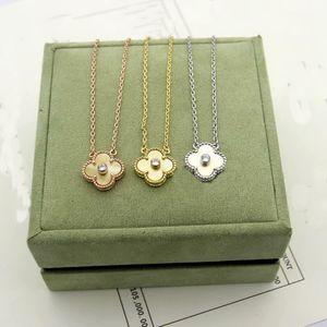 Europe Amérique Fashion Lady Brass unique Colliers d'or 18K motifs avec or Nacre Paramètres diamant à quatre feuilles Fleurs pendentif