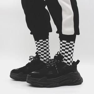 Corea ins calze paio di novità Harajuku strada bf vento in bianco e nero a scacchiera modello tubo calzini controllare uomini e donne calzini