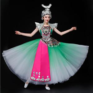 Китайское этническое меньшинство Мяо Чжуан фестиваль празднуют групповой танец сценическое представление длинное платье костюмы уникальная одежда