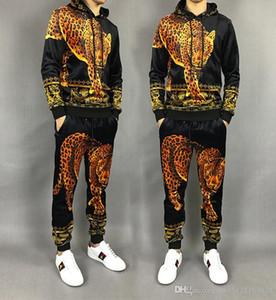 2020 가을 패션 남성 의류 긴 소매 정장 남성 디자이너 운동복 벨벳 표범 무늬 투피스 풀오버 스포츠 크기 M-3XL