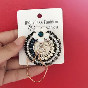 Women Round Flower NO5 Brooch Pearl Rhinestone Suit Lapel Pin with Chain Fashion Jewelry Gift for Love