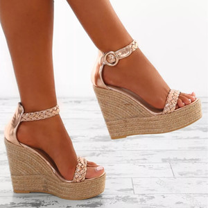 النساء القش الأحذية كبيرة الحجم النساء إسفين الصنادل المفتوحة تو ذهبي اللون إسفين الأحذية الأزياء مشبك صندل سترو أسفل مضخات سيدة zy423
