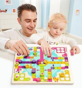 pupils'dice 탁상용 게임과 같은 나무 장난감을 가진 유아 교육 학생, 아기의 부모 - 아이 상호 작용하는 비행 체스