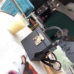 Los modelos 2019 llevan linda cajita y bolsas, de los espejos, cajas de maquillaje y maletas elegantes
