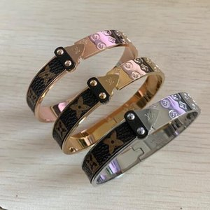 Новый роскошный браслет L стрелка наклейки кожаный браслет 18K золото кожа четыре листа цветочный узор кожаный браслет оптовая цена