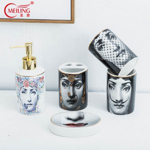 Popular Fornasetti Conjuntos de baño 5 unids Cerámica Accesorios de decoración Dispensador de jabón Titular de cepillo de dientes taza Caja de almacenamiento de inodoro caliente Y19061804