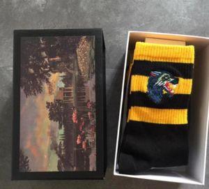 Calze lunghe ricamate Tiger Wolf Head a righe ricamate in cotone unisex con 4 paia di calzini sportivi con scatola di marca