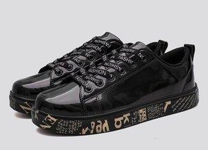 zapatos casuales los hombres de plata de la calle del brillo del oro de la PU 2020 nuevo chic masculino invierno zapatos de impresión de texto en monopatín las zapatillas de deporte para el novio