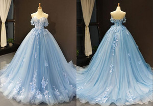 2020 Light Sky Blue 3D цветочные цветы Свадебные Свадебные платья линии аппликацией кружева Off плеча тюль суд поезд Свадебные платья дешевые