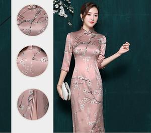 2019 yılında yeni orta kol cheongsam gelinin tost elbise ve ulusal mizaç ince ve güzel cheongsam göstermektedir.