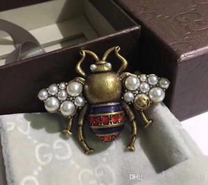Vintage classique Designer Cuivre abeille avec perle blanche swing Broche pour les femmes Bijoux